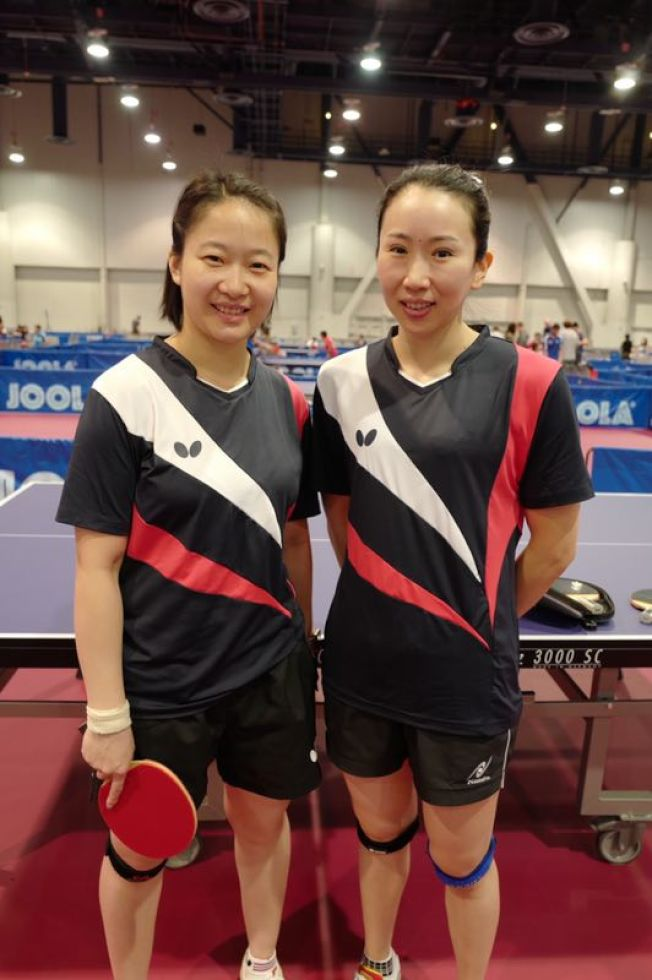 劉娟(右)、王昕玥(左)獲得美國乒乓球錦標賽女子雙打冠軍。(劉娟提供)