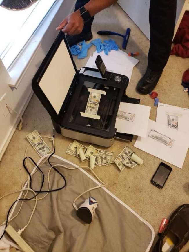 民眾看到警方在臉書網頁上所展示的多禎照片,對極逼真的假鈔嘖嘖稱奇。(聖安東尼奧警局提供)