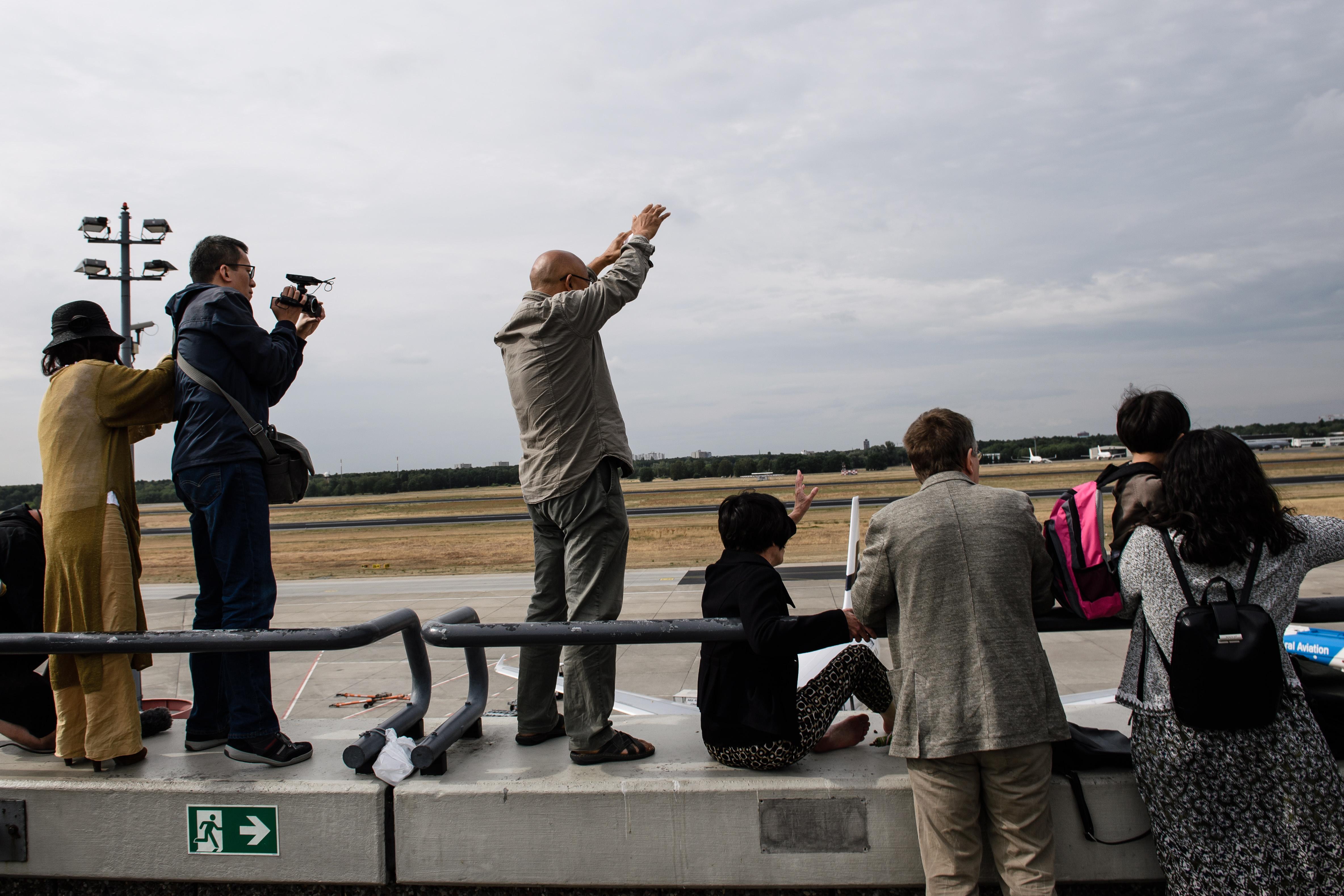 劉霞從芬蘭轉到德國,支持者在柏林機場停機坪及大廳等候,卻未能與劉霞照面。(歐新社)