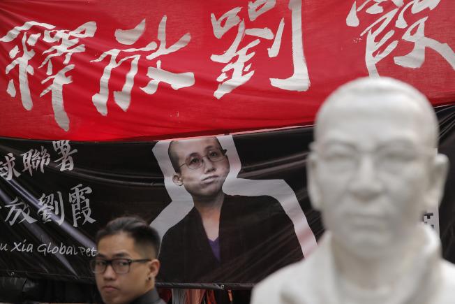 全球支持者呼籲中國政府釋放劉霞,圖為香港街頭的簽名處。(美聯社)