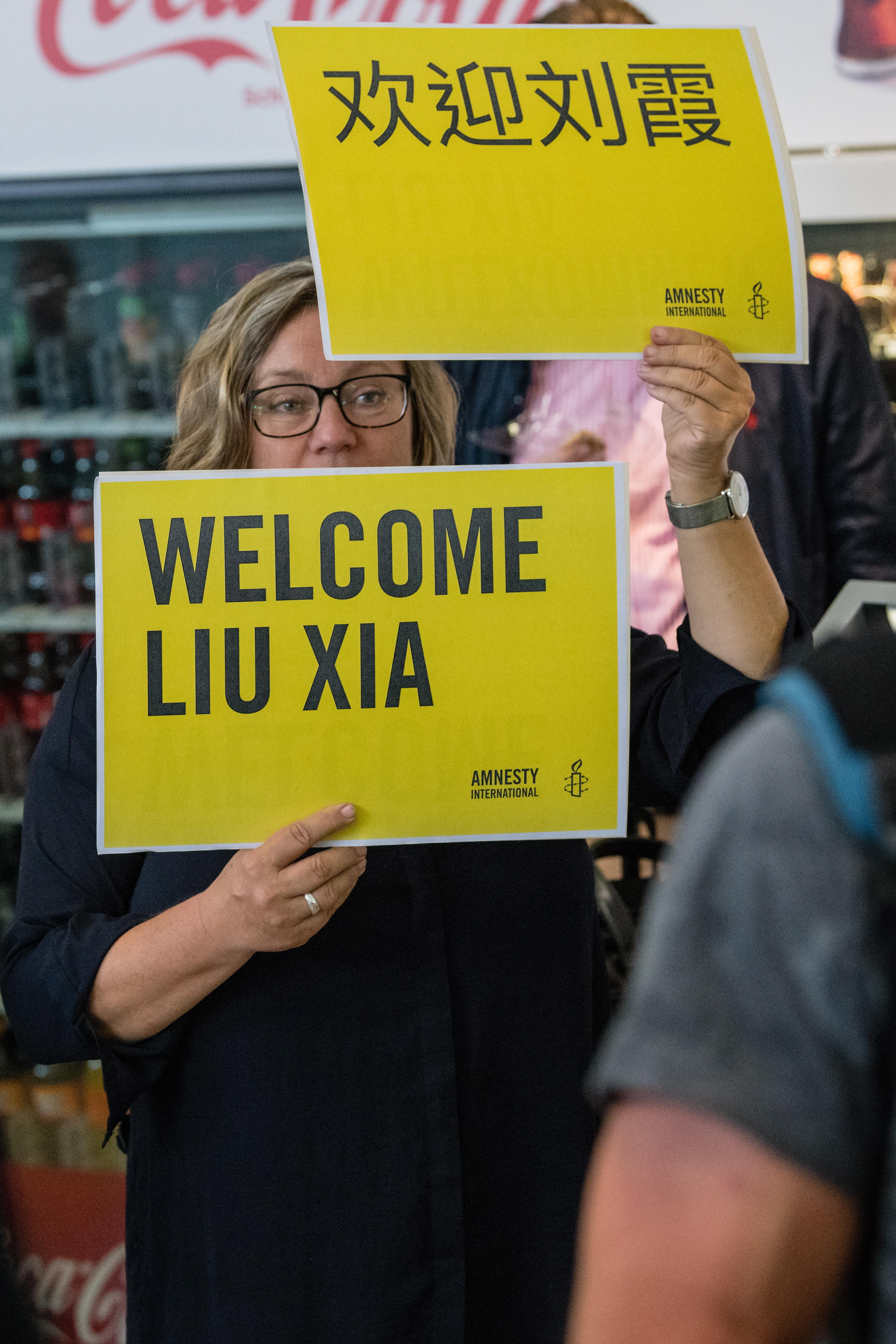 聞訊前往柏林機場迎接劉霞的民眾,舉著歡迎的標語牌,卻撲了個空。(歐新社)