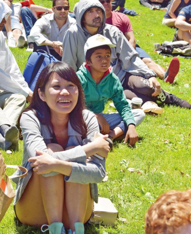 台灣女球迷吳珊樺(前)享受法國隊取勝帶來的喜悅。(記者黃少華╱攝影)