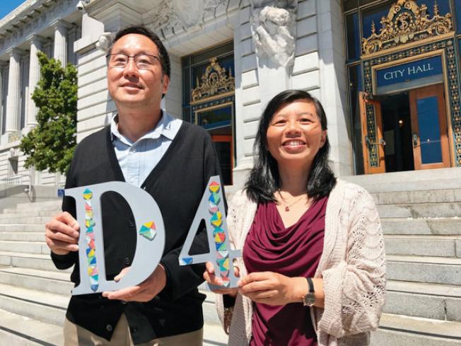 苗麗娟(右)退選,將全力支持馬兆明(左)競選日落區市議員。(記者李秀蘭╱攝影)