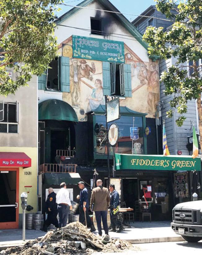 逾百年歷史、位於舊金山北岸區漁人碼頭觀光點的一家愛爾蘭酒吧,10日凌晨火警,顧客和樓上的Airbnb短租旅客都安然逃出火場,一名消防員救火時手部受傷。 酒吧是Fiddlers Green,座落在哥倫布街及海灣街交界處,也是遊客勝地。據酒吧網站提供的資料,酒吧創立於1901年,1906年舊金山大地震後仍然屹立。整幢是三層高的建築物,1991年酒吧購下物業權。樓下是酒吧,樓上則是短租公寓。火警使九人暫時失去居所,包括五名短租房客。圖與文:(記者李秀蘭)