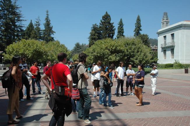 未來的學生和家長暑假參訪柏克萊加大校園。(記者丁曙/攝影)