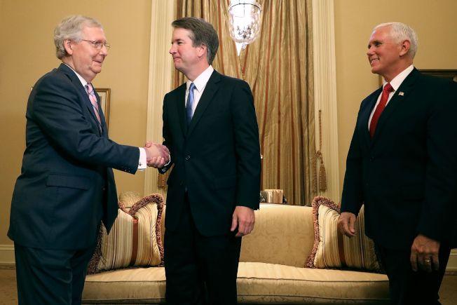 副總統潘斯(右)陪同大法官提名人卡瓦諾(中)拜會國會參院多數黨領袖麥康諾(左)。(Getty Images)
