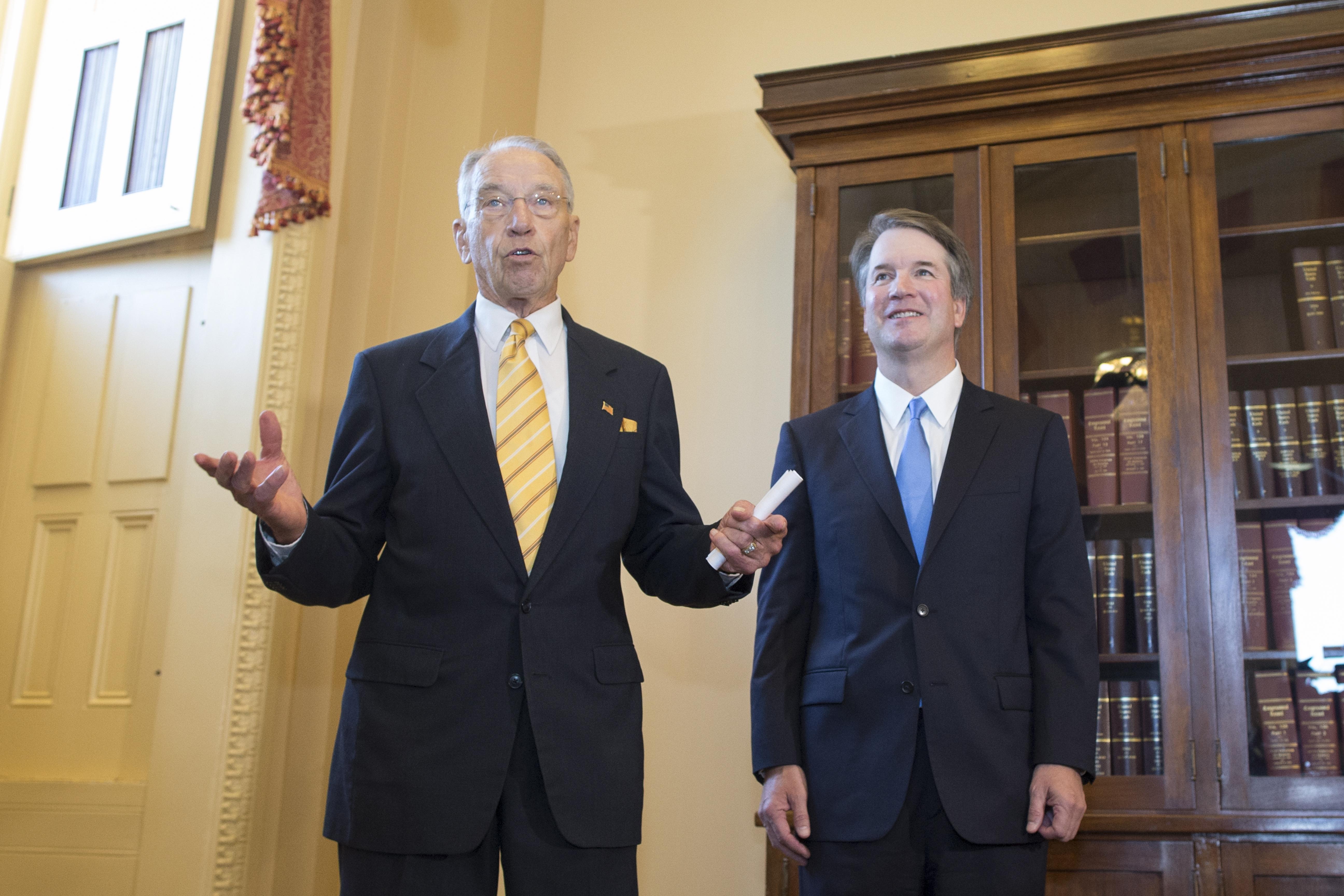 共和黨籍國會參院司法委員會主席格拉斯里(左)會見大法官提名人卡瓦諾。(歐新社)