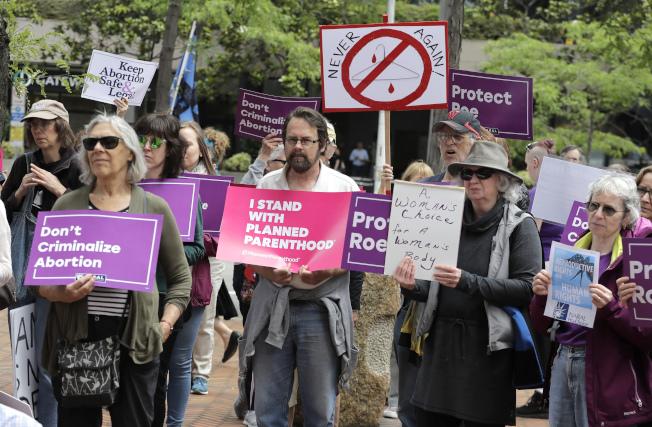反對卡瓦諾提名者,在西雅圖舉牌支持合法墮胎權。(美聯社)