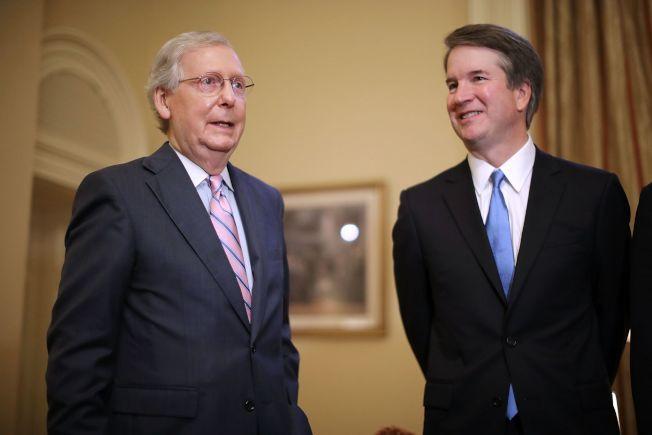 大法官提名人卡瓦諾(右)拜會國會參院多數黨領袖麥康諾。(Getty Images)