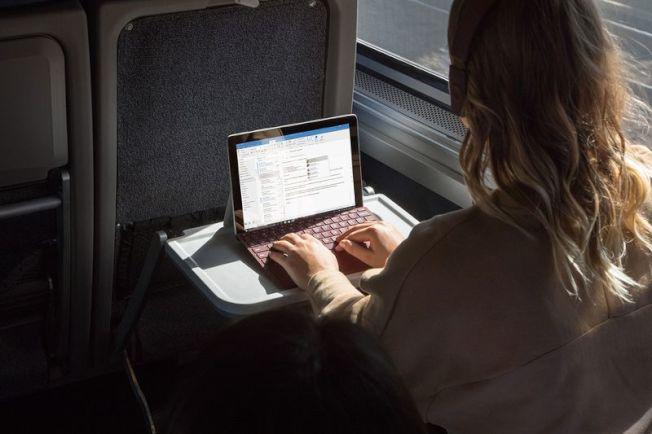 Surface Go主打學生市場。(取材自微軟官網)