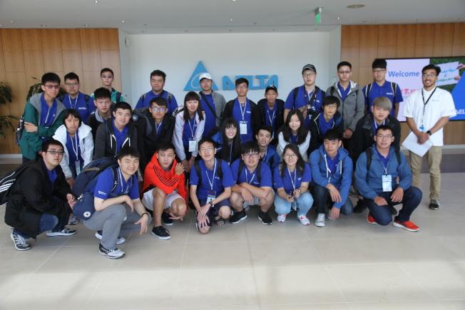 矽谷科技夏令營一行28位學生至台達電參訪。(記者李榮/攝影)