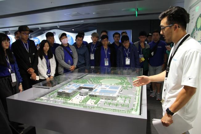 台達電代表向學員介紹綠建築的設計理念。(記者李榮/攝影)