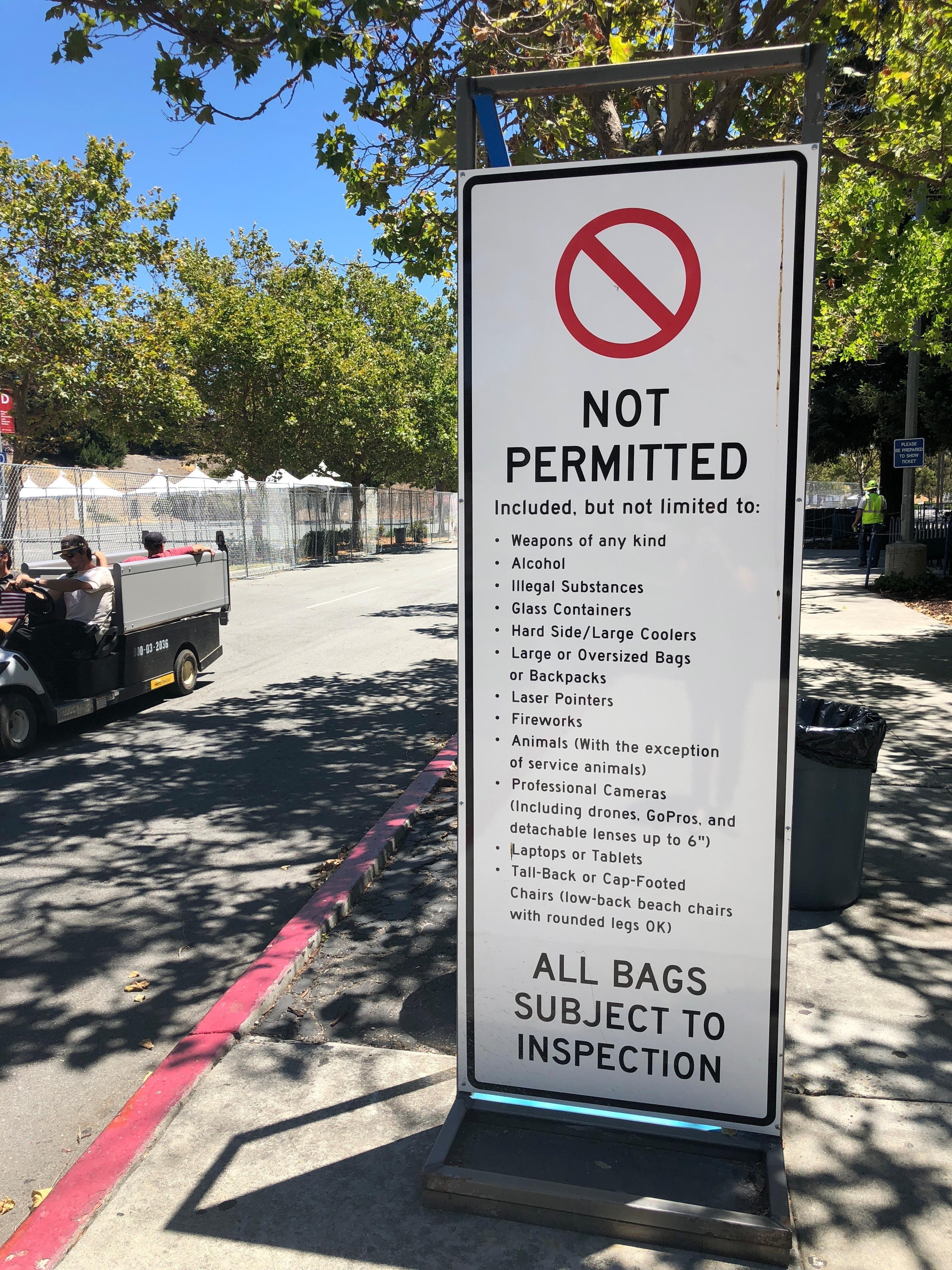 Shoreline Amphitheatre入場處外標示牌上明文寫著禁止攜帶酒精、武器與其他任何非法的物品。(記者林亞歆/攝影)