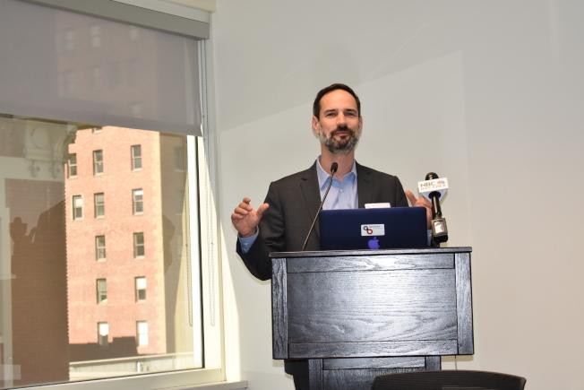 灣區議會經濟研究院院長韋恩伯格(Micah Weinberg)介紹舊金山灣區經濟持續向好的原因。(記者黃少華/攝影)