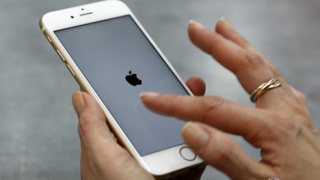 BlueFin研究公司指出,蘋果公司今年可能很快會停賣目前的旗艦機iPhone X和較低價的iPhone SE。(路透)