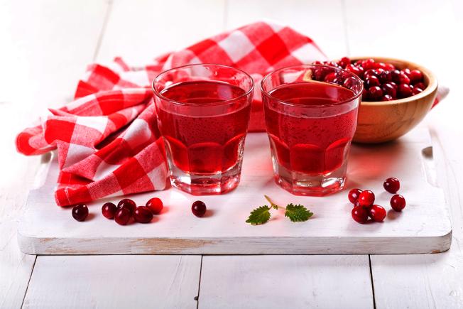 蔓越莓果汁和蔓越莓所製成的膠囊常被認為可以預防或改善泌尿道感染,甚至有些人認為蔓越莓對於會造成胃潰瘍或胃癌的胃幽門螺旋桿菌治療有幫助。但這些說法到底哪些是真,哪些是假呢? 圖/ingimage