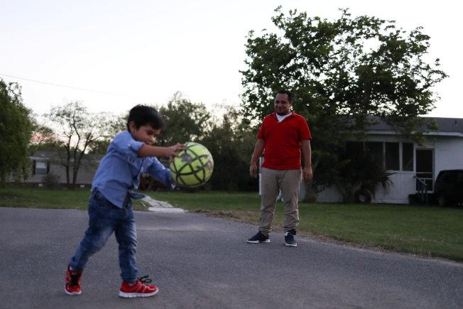 來自薩爾瓦多的希梅內斯(右)為逃離幫派,5月時攜幼子(左)遠赴美國,沒想到遭美國當局強行拆散,熬了43天之後,今天終於和5歲兒子團聚、一起吃飯。路透