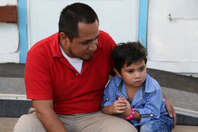 來自薩爾瓦多的希梅內斯(左)為逃離幫派,5月時攜幼子(右)遠赴美國,沒想到遭美國當局強行拆散,熬了43天之後,今天終於和5歲兒子團聚、一起吃飯。路透