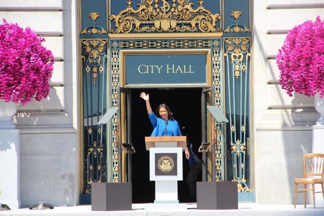 布里德走出市政廳向民眾揮手。(記者李晗 / 攝影)
