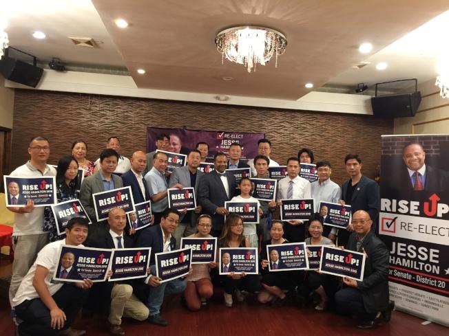 陳善莊(二排左六)等華裔代表為韓文頓(二排左七)舉行籌款晚宴。(記者黃伊奕/攝影)