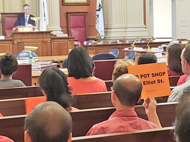 社區民眾相約穿紅橙色衣服參加公聽會。會場一片反對大麻店色彩。(記者唐嘉麗/攝影)