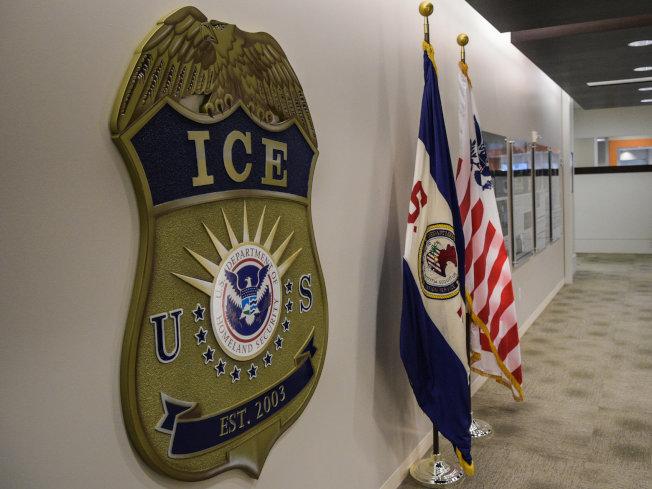 移民及海關執法局(ICE)的前首席律師因為盜用移民的身份,至少從六家銀行詐取19萬多元,被判四年監禁。(Getty Images)
