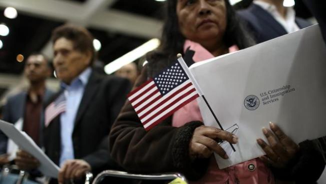 在川普政府主政下,司法部擴大追查美國公民及永久居民的過去事證,加強取締入籍和申請綠卡詐欺。(Getty Images)