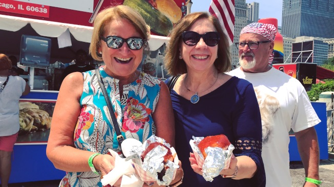 Christine(左)和Rose(右)是烤火雞腿的忠實粉絲,她們與家人每年都會光臨Premier Rollin BBQ。(記者董宇/攝影)