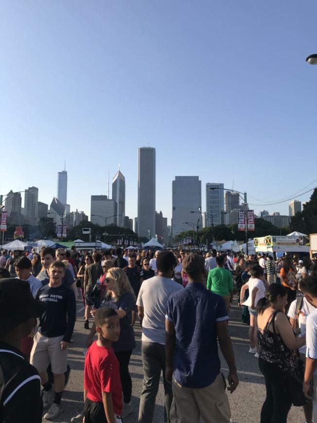 芝加哥美食節首日登場,吸引眾多人潮。(記者董宇/攝影)