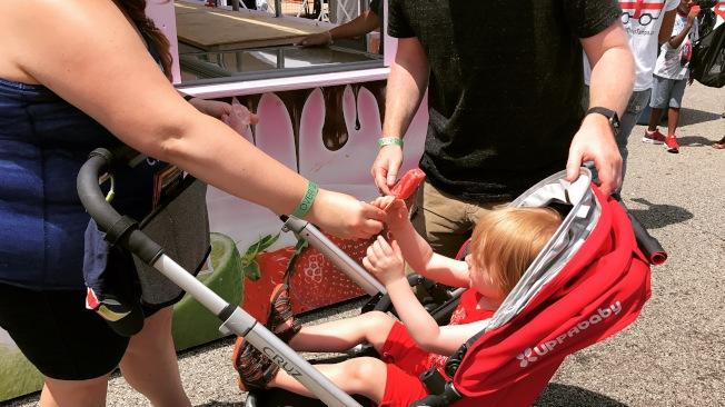 芝加哥美食節開幕當日天氣炎熱,冰棒也是遊客最受歡迎的解暑食物。(記者董宇/攝影)