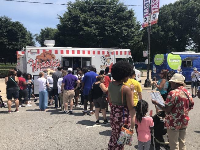 餐車「Harolds Chicken」的炸雞翅吸引大批遊客排隊等候。(記者董宇/攝影)