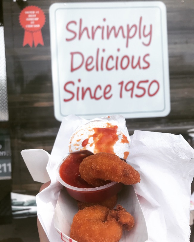 「Lawrences Fish & Shrimp」餐車源起1950年的美味炸蝦球配雞尾酒醬料。(記者董宇/攝影)