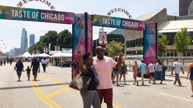 遊客在芝加哥美食節標誌前「打卡」。(記者董宇/攝影)
