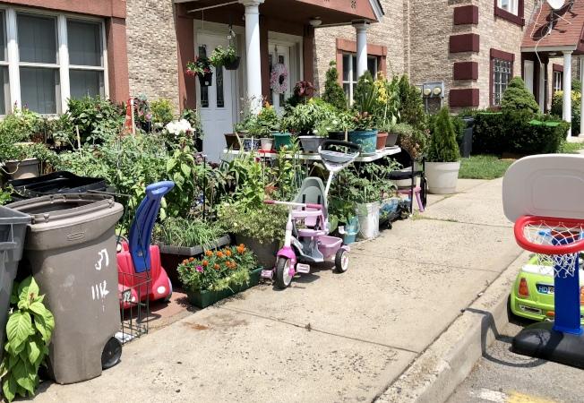 華裔男嬰家的門前放著幾個兒童車和玩具。(記者朱蕾/攝影)