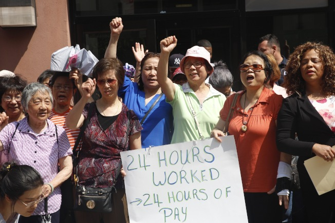 華人職工會針對護工24小時工作合法化表示抗議,希望州府改變做法。(華人職工會提供)