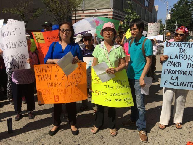 華裔護理工人針對護工24小時工作合法化,向州府表示抗議。(記者黃伊奕/攝影)
