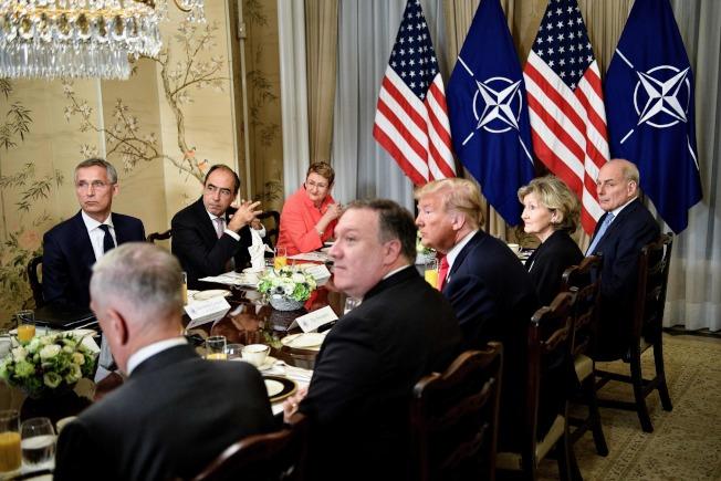 川普總統(右三)與北約秘書長史托騰柏格(左一)會談時,白宮秘書長凱利(右一)也在座。(Getty Images)