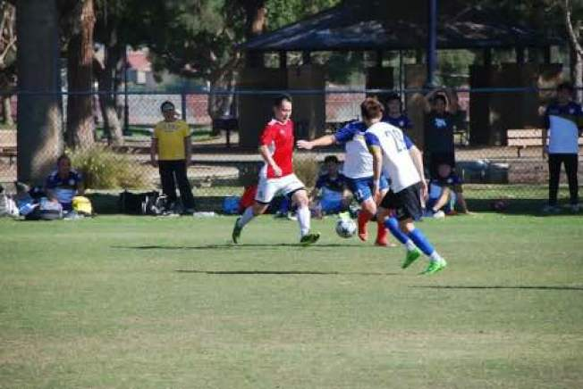聖蓋博谷華人瘋足球,華氏115度的天氣還在球場上奮戰。(趙先生提供)