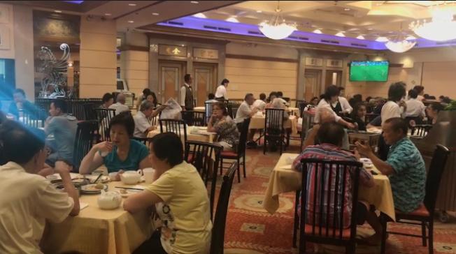 世足賽進入最後一周,不少華資餐館每天上午播放的全是足球賽,讓大批球迷直呼盡興。(Lucy提供)