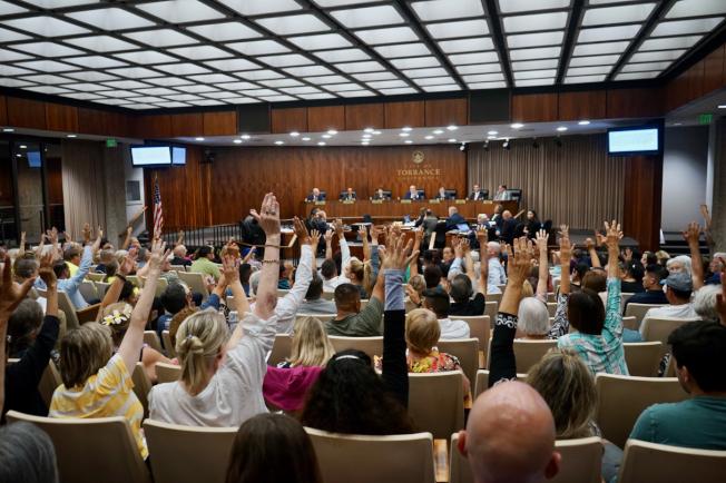 托倫斯市長佛瑞詢問有多少居民反對新建洗車場。圖為大多數居民舉手表示反對。(記者陳開/攝影)