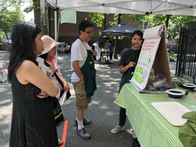 專業人士指導民眾選購、儲存、清洗和享用綠色蔬菜。(記者朱蕾/攝影)