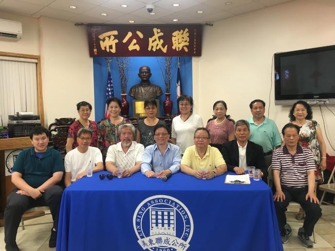 美東聯成公所舉辦免費防身課程,前排左四和左二為謝家榮與謝家寶兄弟。(記者張筠/攝影)