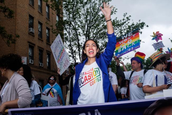 歐凱秀在沒有宣布參選情況下贏得紐約州第15選區國會眾議員改革黨初選,圖為其參加遊行。(歐凱秀選舉辦公室提供)