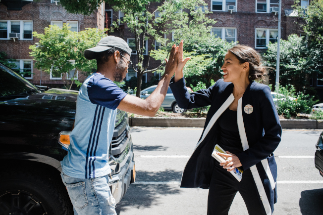 歐凱秀(右)在沒有宣布參選情況下贏得紐約州第15選區國會眾議員改革黨初選,圖為其街頭與選民交談。(歐凱秀選舉辦公室提供)