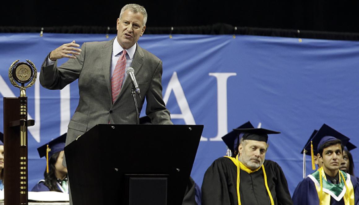 白思豪2015年在特殊高中之一的布碌崙科技高中畢業典禮上致辭,其子當年從該高中畢業。(美聯社)