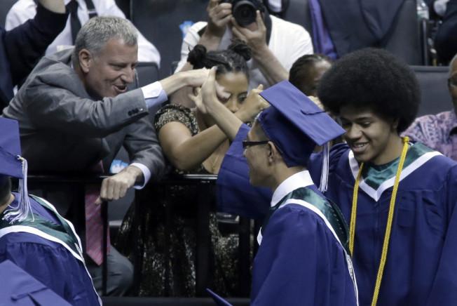 白思豪2015年出席布碌崙科技高中畢業典禮,其子當年畢業。(美聯社)