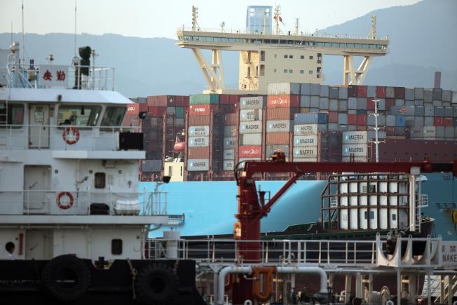 川普政府宣布再對2000億美元中國產品加徵關稅,圖為香港的貨櫃碼頭。(歐新社)
