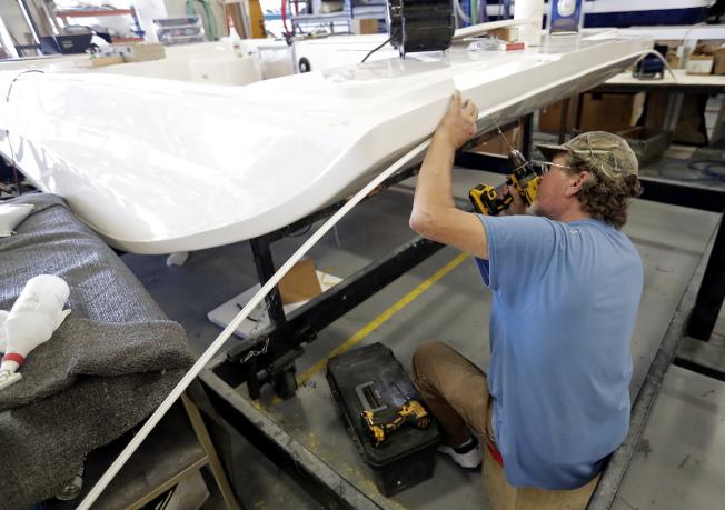 川普政府宣布再對2000億美元中國產品加徵關稅,圖為佛州奧蘭多一家遊艇公司正在組合進口零件。(美聯社)