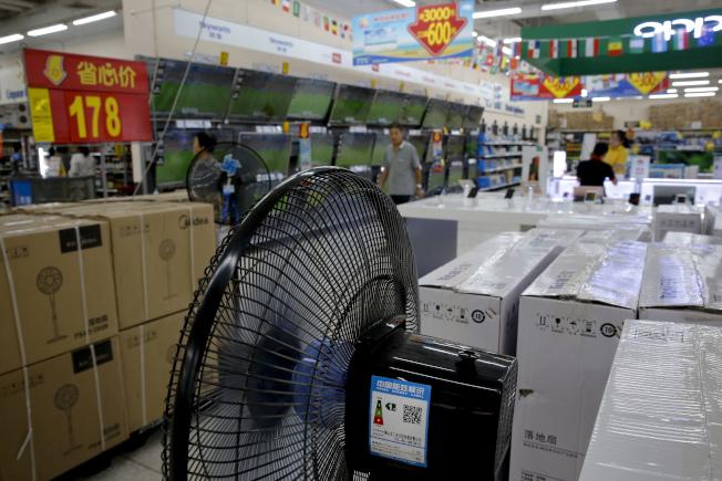 川普政府宣布再對2000億美元中國產品加徵關稅,圖為北京賣場陳列的家用電器。(美聯社)