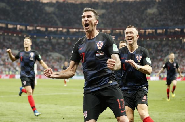 曼祖基奇(前)為克羅埃西亞踢進致勝一球。(美聯社)